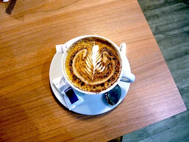 tasse de cappuccino sur une table