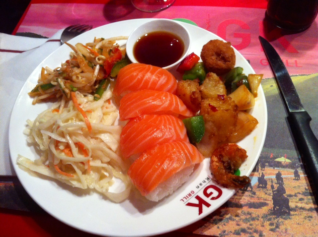 assiette sushis salade