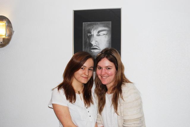 Sarah Audrey et un portrait accroché au mur