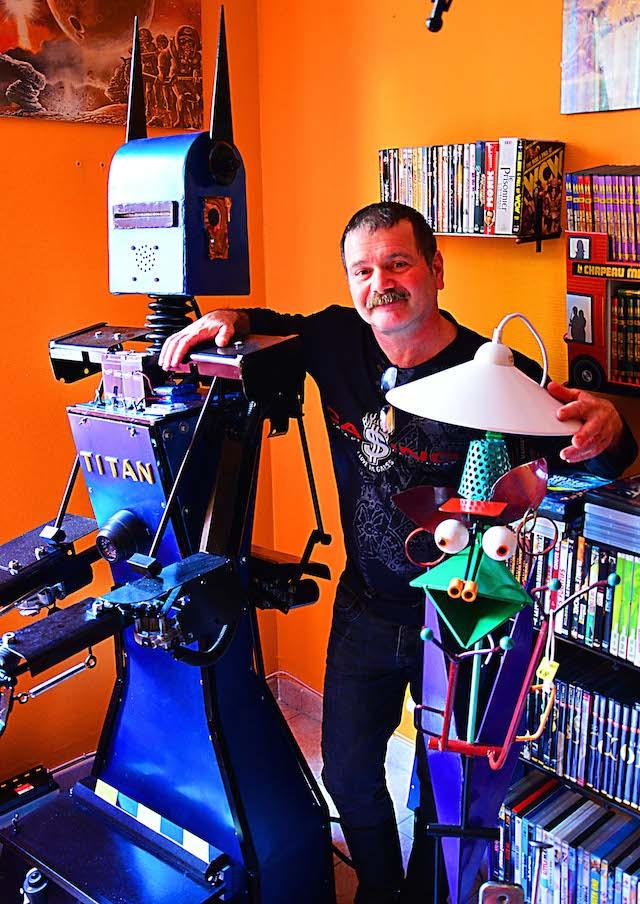 Gilles avec un de ses robots - ©Ray Mond pour My Mulhouse