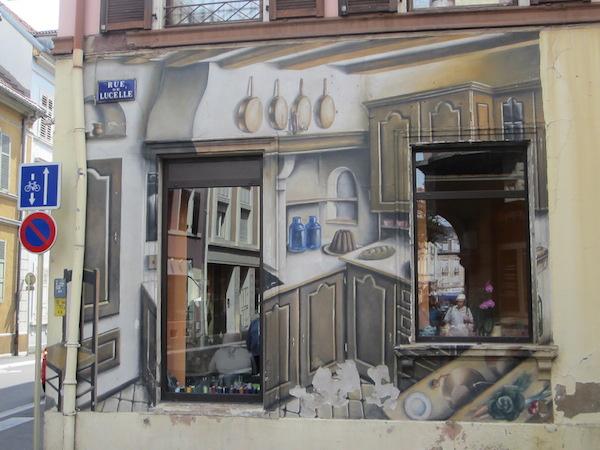 un mur peint autour de fenêtres à mulhouse