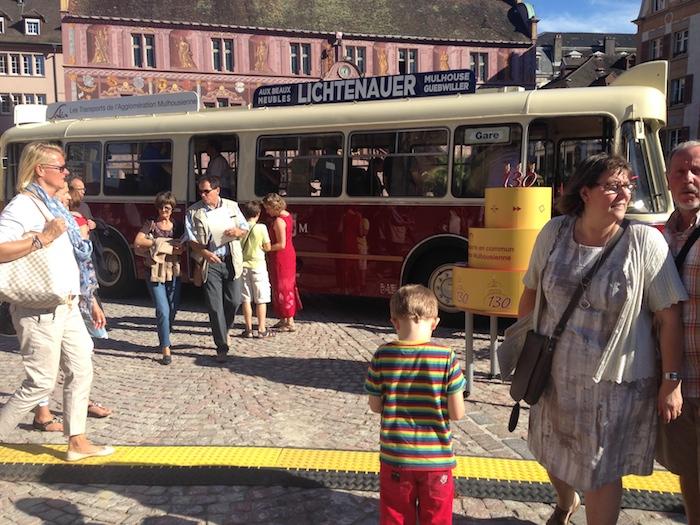un bus des années 50 sur la place de la Réunion