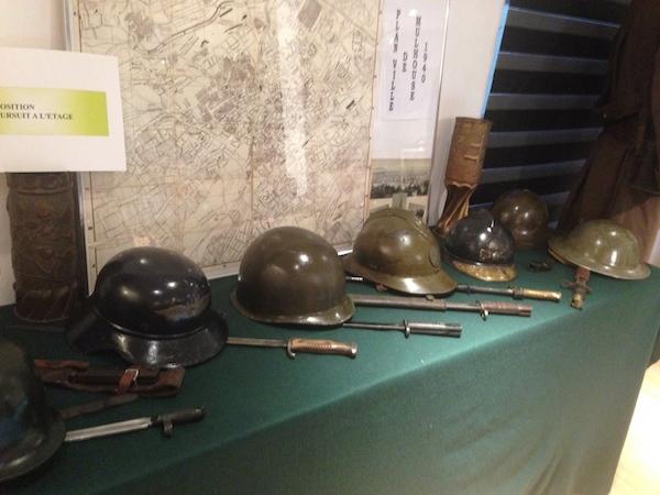 casques et armes de soldats de la deuxième guerre mondiale