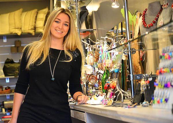 Carolyne à la boutique Bijoux Cailloux Choux - ©Ray Mond pour My Mulhouse
