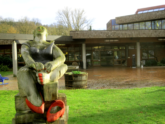 balinea thermen : statue devant l'entrée