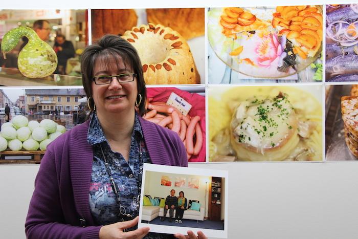 Valérie Marschall pose à côté de sa tarte Tatin et avec sa photo ©My-Mulhouse.fr