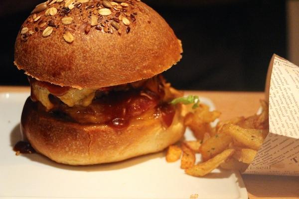 Le burger avec ses frites maison © My-Mulhouse.fr