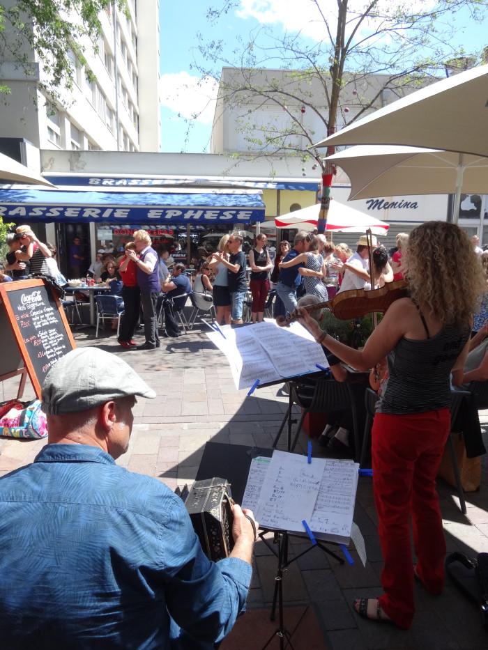 Les spectateurs se sont laissés aller à quelques pas de danse...  - © My-Mulhouse.fr