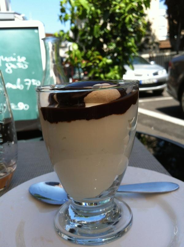 La meringue+chantilly+coulis choco : un délice et fait maison !