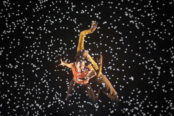Une pluie de pixels tombe sur les danseurs - © Laurent Philippe