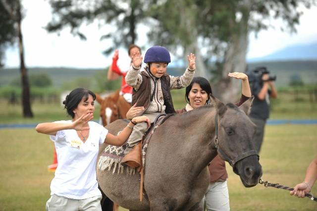 La fondation argentine Equinotherapia del Azul qui vient en aide aux enfants handicapés par le biais de l'équithérapie