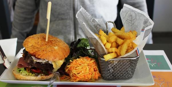 hamburger frites salade
