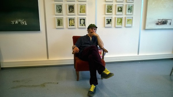 Nicola Aramu pose devant ses oeuvres