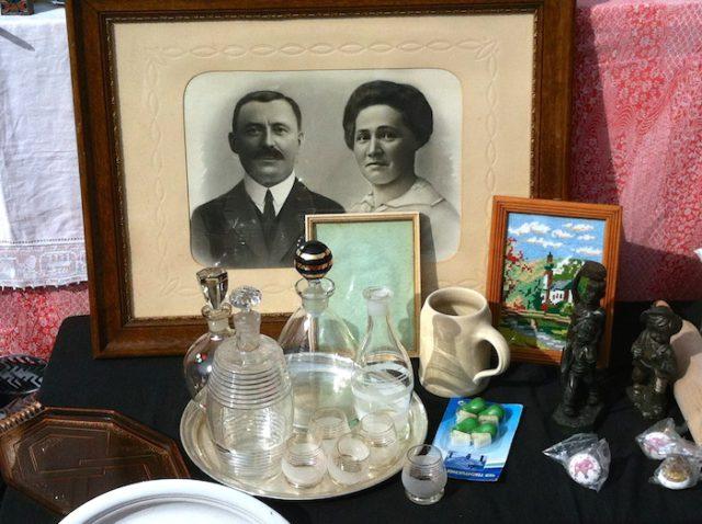 Photo de famille et vaisselle ancienne à un marché aux puces - © My-Mulhouse.fr